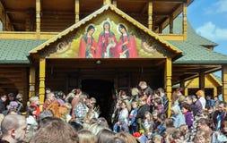 Drohobych, Ucrania - 17 de abril de 2011: La gente en el servicio de dios, preparación para la bendición del sauce ramifica, vísp Fotografía de archivo
