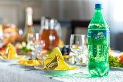 Drohobych, Ucrania - 12 de agosto de 2017: Botella de Sprite en una tabla festiva, una tabla de la boda en el restaurante Foto de archivo libre de regalías