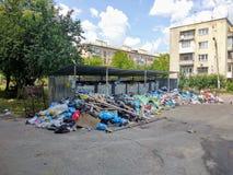 Drohobych Ukraina, Czerwiec, - 09, 2018: Zanieczyszczenie problem śmieciarski usuwanie zagrożenie katastrofa w postaci epid Obrazy Stock