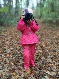 Drohobych Ukraina, Październik, - 21, 2017: Mała dziewczynka robi lasowym krajobrazów strzałom Nikon kamerą, jesień, rozrywka Zdjęcia Stock