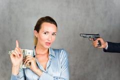 Drohung zur persönlichen Finanzierung, unsichere Lagerung des Bargeldes Lizenzfreies Stockbild
