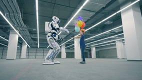 Droid дает воздушные шары девушке и касается ее руке, концу вверх акции видеоматериалы