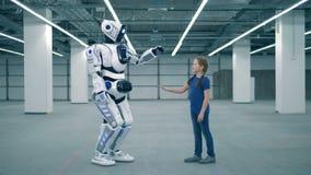Droid и руки касания девушки, взгляд со стороны Ребенк школы, образование, концепция класса науки видеоматериал