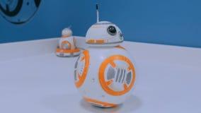 Droid BB-8 du roulement de StarWars sur la table blanche à l'exposition de robot clips vidéos
