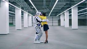 Droid et une femme s'étreignent, se tenant dans une chambre banque de vidéos