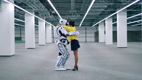 Droid i kobieta ściskamy each inny, stojący w pokoju zdjęcie wideo