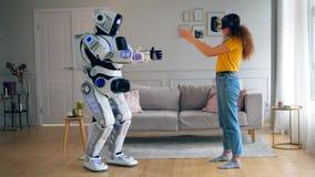 Droid kopieringskvinnas förehavanden, medan hon bär VR-exponeringsglas Cyborg och mänskligt begrepp stock video