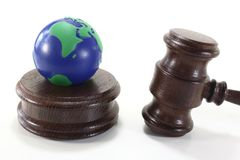 Droit de l'environnement avec le juge Gavel et la terre Photos libres de droits