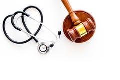 Droit médical, concept de loi de santé Gavel et le stéthoscope sur la vue supérieure de backgound blanc copient l'espace images stock