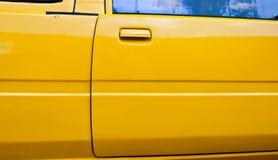 Droite jaune de portière de voiture Photographie stock