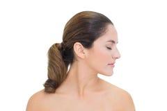 Droite principale de rotation de brune nue paisible avec les yeux fermés Images stock
