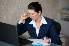 Droits fiscaux étonnés de lecture de comptable Images stock