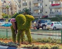 Dromadaire décoratif de Topairy avec un panier des fleurs sur son CCB Photo stock