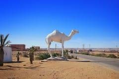 Dromader wielbłądzia biała statua blisko drogi Zdjęcie Stock