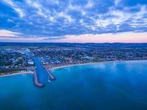 Dromana郊区鸟瞰图Mornington半岛的在黄昏 M 免版税库存图片