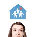 Dromen van een gelukkige familie, een nieuw huis. Stock Fotografie