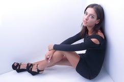 Dromen van moderne vrouwen die op de vloer zitten royalty-vrije stock foto