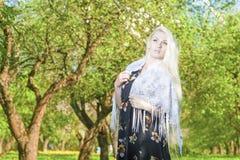Dromend Sensuele Blonde Vrouw Status in openlucht in de Lentebos Stock Fotografie