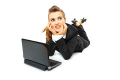 Dromende bedrijfsvrouw die laptop op vloer met behulp van Stock Afbeeldingen