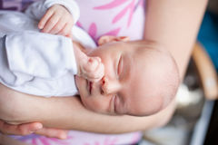 Dromende pasgeboren babyjongen Stock Afbeelding