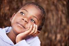 Dromerig Afrikaans kind Stock Foto's