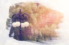 dromerig en abstract beeld van uitstekende straatlantaarn en witte bloemen dubbel blootstellingseffect met de slagtextuur van de  Stock Fotografie