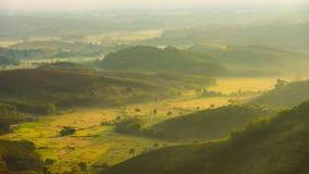 Dromerig landschap van bergheuvel en padieveld in vroege mornin Stock Afbeeldingen