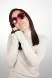 Dromerig meisje dat hart-vormige zonnebril draagt Royalty-vrije Stock Fotografie