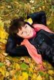 Dromerig meisje in het park Royalty-vrije Stock Afbeelding