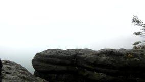 Dromerig nevelig landschap De berg boven de Diepe vallei van de verlichtingsmist is volledig van kleurrijke mist en rotsachtige h stock videobeelden