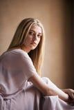 Dromerig portret van vrouwelijke blondevrouw Stock Foto's