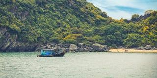 Dromerig zeegezicht met authentieke houten boot Royalty-vrije Stock Foto's