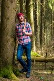 dromerige houtvester die met een bijl rusten stock fotografie
