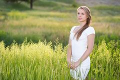 Dromerige jonge vrouw stock fotografie