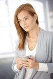 Dromerige jonge vrouw met koffiemok Royalty-vrije Stock Afbeeldingen