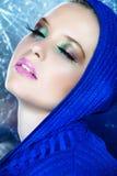 Dromerige mooie vrouw in blauw Stock Foto's