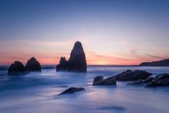 Dromerige noordelijke califroniakust bij zonsondergang Royalty-vrije Stock Foto's