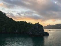 Dromerige rotsen in Halong-Baai op de zonsopgang, Vietnam stock fotografie