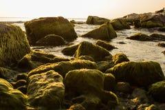 Dromerige rotsen in het dromerige overzees royalty-vrije stock afbeeldingen