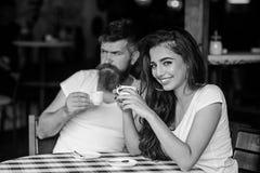 Dromerige stemming Neem een onderbreking om van koffie en droom over prettige dingen te genieten Het paar geniet van hete espress royalty-vrije stock foto's