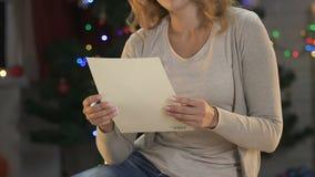 Dromerige vrouw het schrijven brief aan Kerstman, geloof in Kerstmismirakel, wishlist stock videobeelden