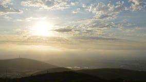 Dromerige wolken en hemel stock footage