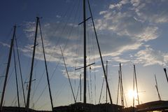 Dromerige zonsondergang boven haven Fréjus Frankrijk Stock Foto
