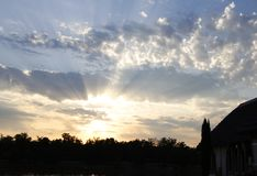 Dromerige zonsondergang boven meer alicourts Frankrijk Stock Afbeelding