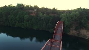 Dron που πετά πάνω από τη γέφυρα φιλμ μικρού μήκους