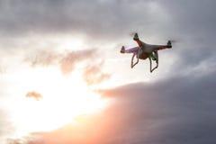 Dron наблюдая заход солнца стоковое фото