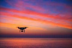 Dron do voo sobre o mar foto de stock royalty free