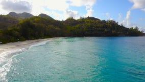 Dron fliegt entlang den Strand, Seychellen stock video