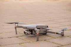 Dron pronto para a decolagem colocada na terra fotos de stock