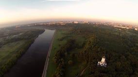 Dron video ett kapell nära floden på solnedgången arkivfilmer